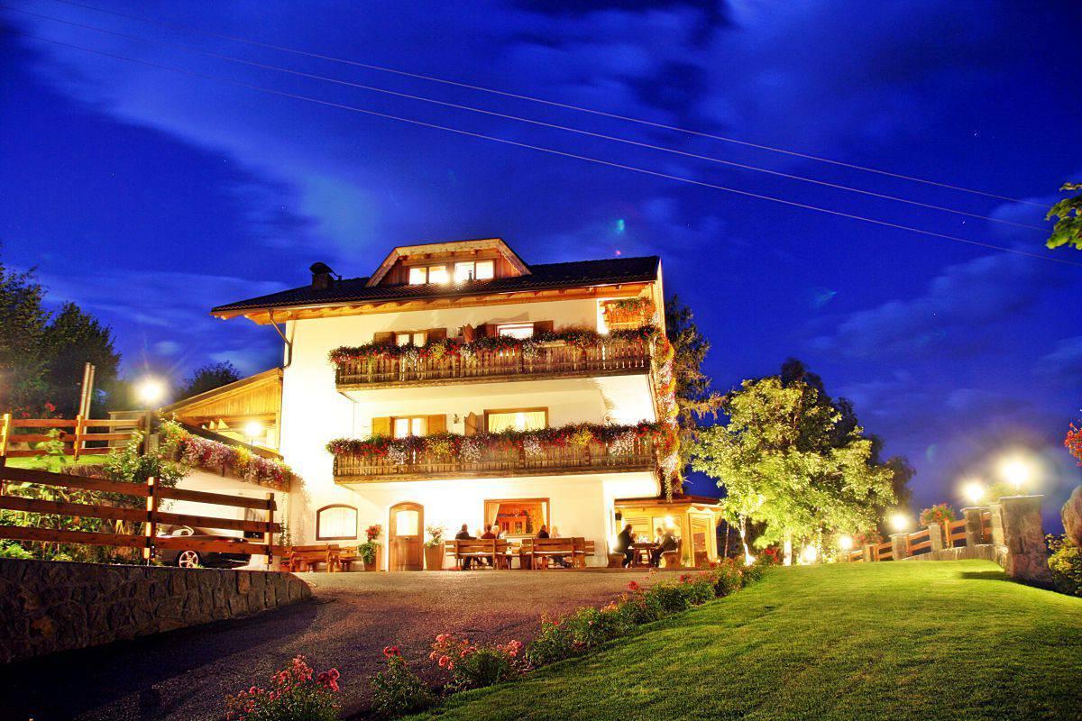 hotel-pension-erlacher-nachtansicht