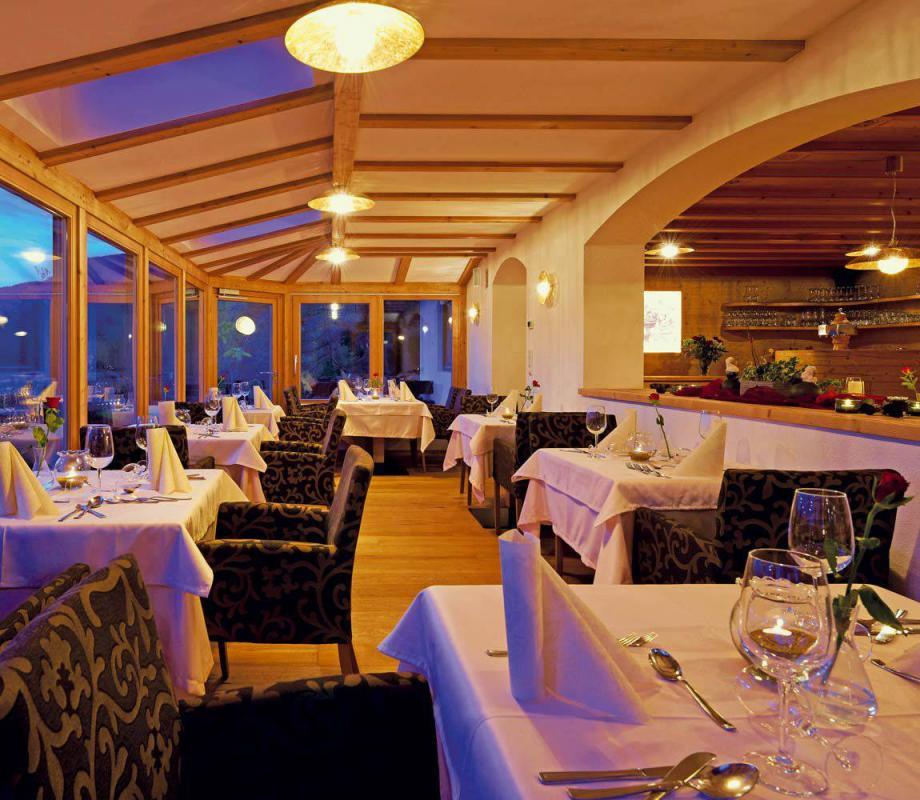 hotel-pension-erlacher-speisesall-dolomitenpanorama-04